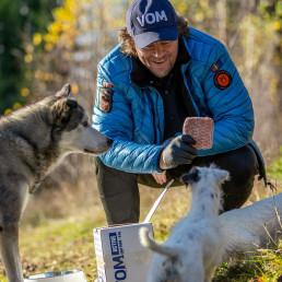 Familiehund ivrer etter å smake VOM